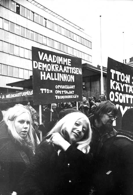 1960- ja 1970-lukujen poliittinen murros oli merkittävä tekijä naisopiskelijoiden sosiaalisen aseman ja identiteetin kehittymisessä.  Kuva: HYYn arkisto.