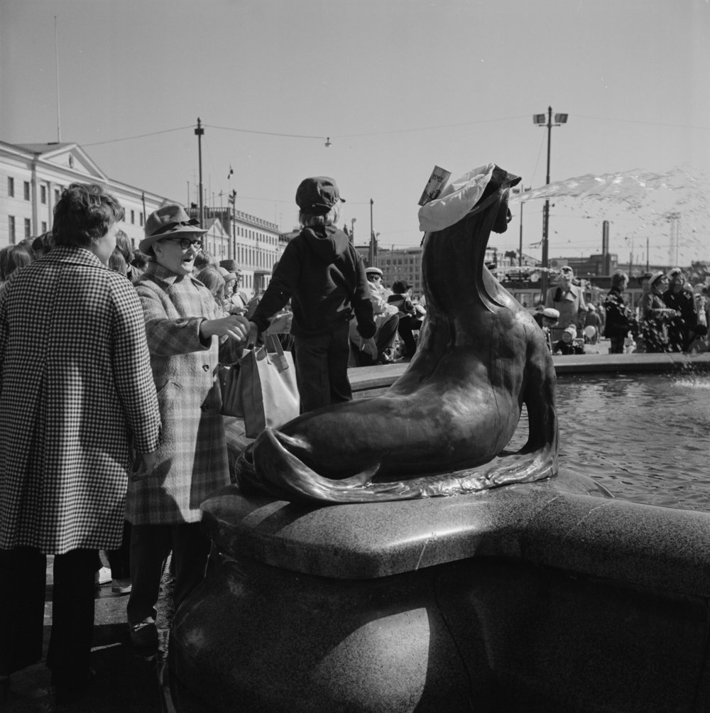 Mantan ohella suihkulähteen merileijonat ovat olleet yleisön – etenkin lasten – suosikkeja. Vappuna 1974 niitä jopa palkittiin akateemisista ansioista.  Kuva: Helsingin Kaupunginmuseo, 1974