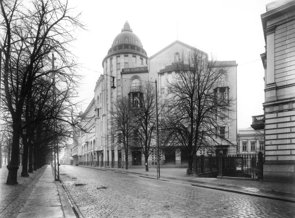 Uusi ylioppilastalo tunnettiin alun perin Osakuntatalona. A-rapun porraskäytävällä komeilevat edelleen osakuntien alkuperäisiä tiloja koristaneet vaakunat. Vaikka muutamilla osakunnilla on käytössään oma talo, toimii suurin osa yhä HYYn myöntämissä tiloissa.   Kuva: Helsingin kaupunginmuseo, Eric Sundström