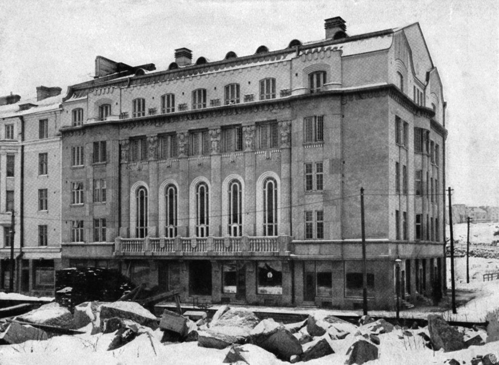 Museokadulla sijaitseva Ostrobotnia, tuttavallisemmin Botta, on Etelä- ja Pohjois-Pohjalaisen Osakunnan sekä Vasa Nationin koti. Botta valmistui vuonna 1910, ja se sijaitsi tuolloisen näkemyksen mukaan melko syrjäisessä paikassa kaupungin laidalla.  Kuva: Helsingin kaupunginmuseo
