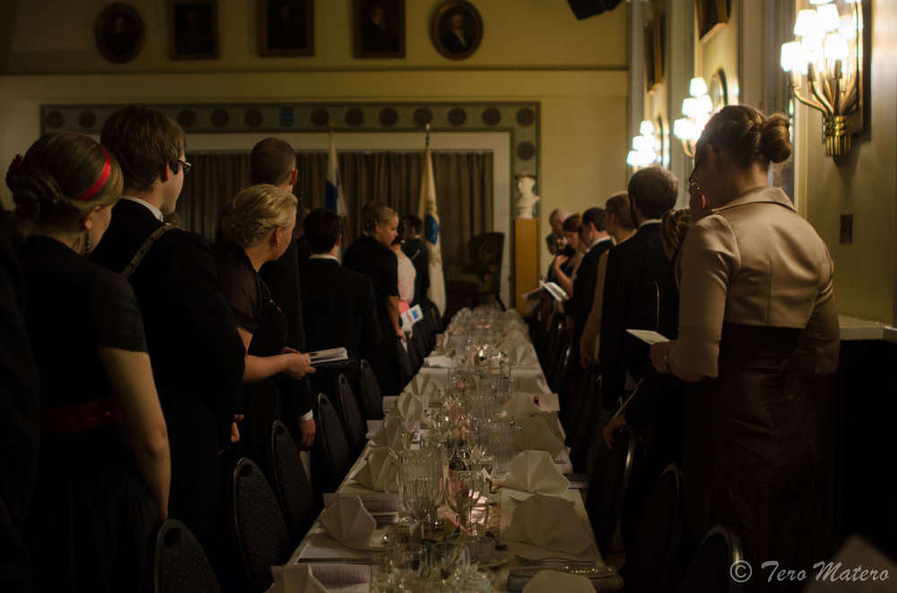 Perinnetapahtumat ovat tärkeä osa osakuntaelämää. Jokaisen osakunnan vuoteen kuuluu yksi tai useampi perinnejuhla, joihin suhtaudutaan suurella vakavuudella – oli tapahtuma sitten arvokas, riehakas tai jotain siltä väliltä. Pohjois-Pohjalaisessa Osakunnassa vietetään vuosittain Porthan-juhlaa.  Kuva: Tero Matero / PPO