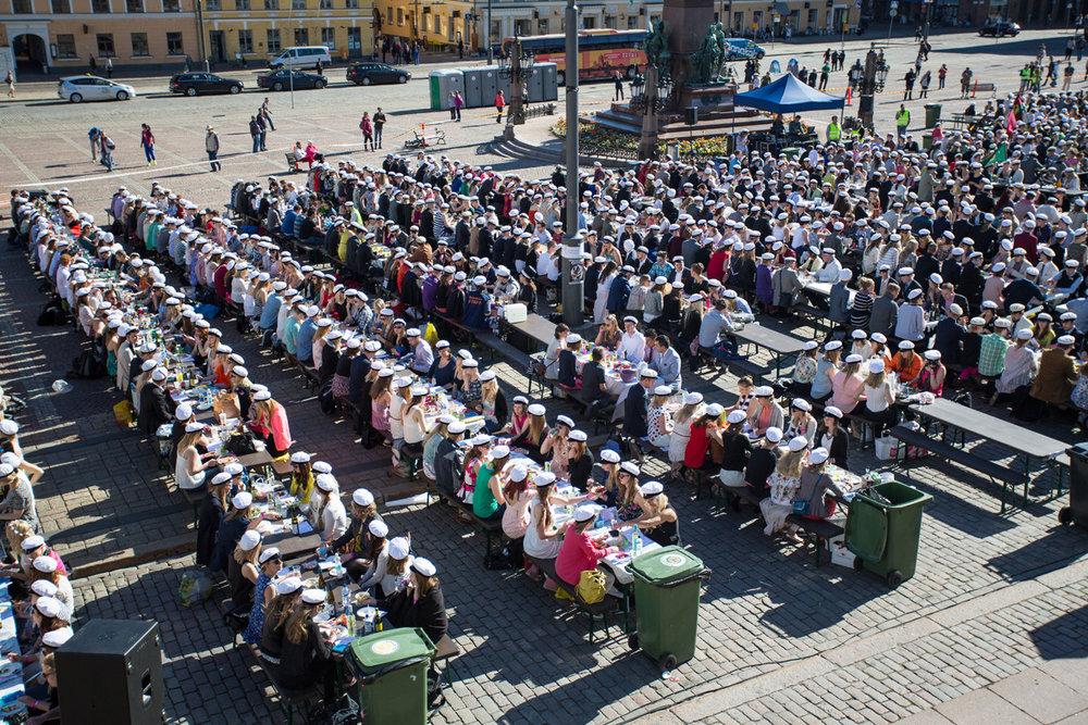 375-vuotias Osakuntalaitos ja 150-vuotias HYY järjestävät 24. toukokuuta lähes kahdentuhannen juhlijan Suursitsit keskellä Senaatintoria. Tapahtuma järjestettiin viimeksi vuonna 2015.  Kuva: Mikko Virta, 2015.