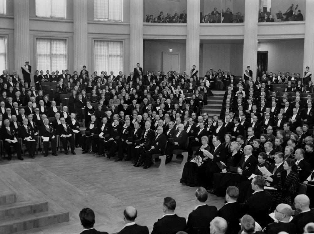Lainopillinen tiedekunta elvytti lähes sadan vuoden tauon jälkeen promootioperinteensä järjestämällä tohtoripromootion vuonna 1955. Tällöin tasavallan presidentti Juho Kusti Paasikivi vihittiin riemutohtoriksi. Yleisön joukossa olivat mm. eduskunnan puhemies K. A. Fagerholm sekä pääministeri Urho Kekkonen.  Kuva: Aarne Lehto, Helsingin kaupunginmuseo, 1955.