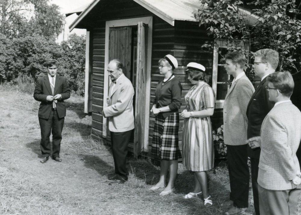 Koti- ja ulkomaanmatkailu on opiskelijoiden parissa suosittu lomanviettotapa. Esimerkiksi osakunnat järjestävät kesäisin retkiä ja kotiseutumatkoja. Hämäläis-Osakunta suuntasi Lopelle vuonna 1961.  Kuva: HYYn arkisto (1961)