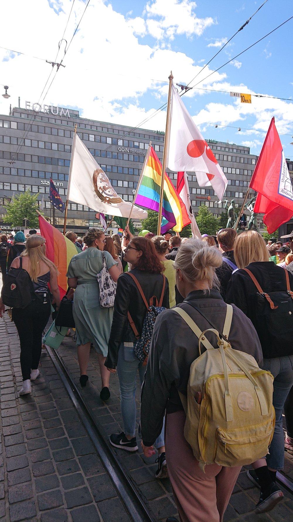 Seksuaali- ja sukupuolivähemmistöjen yhdenvertaisten oikeuksien turvaaminen kuuluu ylioppilaskunnan tavoitteisiin. HYY osallistuu kesäisin Helsinki Pride -kulkueeseen opiskelijoiden yhteislähdössä.  Kuva: HYY (2018)