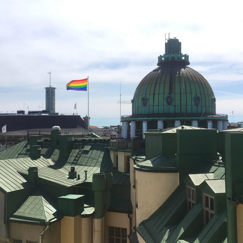Sateenkaarilippu Uuden ylioppilastalon katolla.  Kuva: HYY (2018)