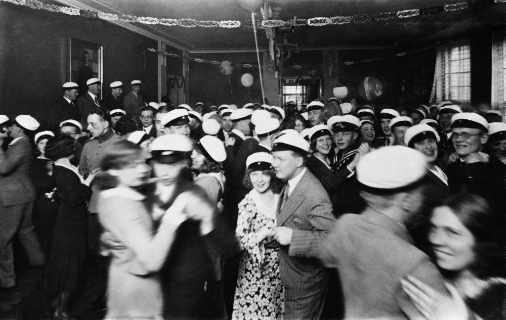 Opiskelujen aloittaminen ei aina johda kotiseudun vaihtumiseen, sillä Helsingin yliopisto on luonnollisesti täynnä pääkaupunkiseudulta kotoisin olevia opiskelijoita. Kuva Eteläsuomalaisen osakunnan vapputanssiaisista vuodelta 1931.  Kuva: Helsingin kaupunginmuseo, Väinö Leino (1931)