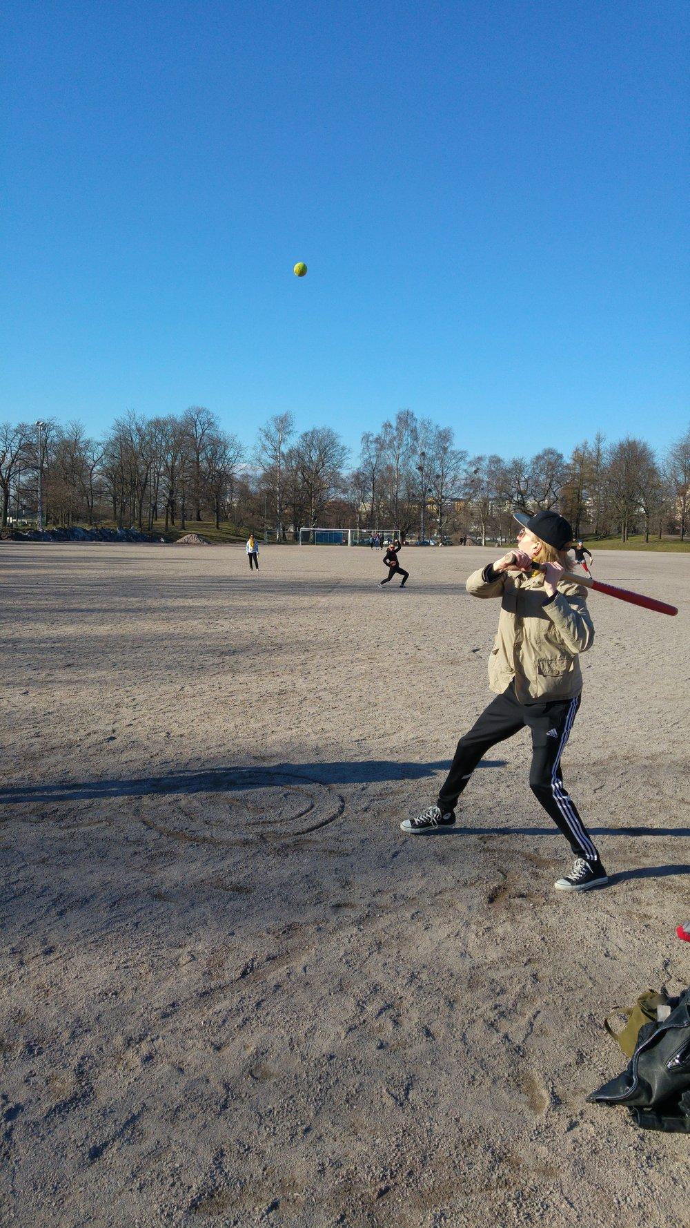 Monet järjestöt järjestävät matalan kynnyksen urheilutapahtumia kannustaakseen opiskelijoita liikkumaan. Mukaan mahtuu niin yksittäisiä tempauksia kuin useita järjestöjä osallistavia massatapahtumia. Kuvassa TYT:n pesäpallo-ottelu vuodelta 2016.  Kuva: Mikael Lehtonen (2016)