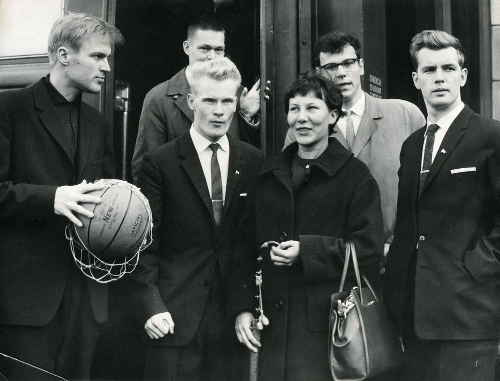 HYY on tehnyt opiskelijaurheiluun liittyvää kansainvälistä yhteistyötä ainakin 1920-luvulta lähtien. Kuvassa Helsingin yliopiston urheiluseuran edustusta Tartossa vuonna 1961.  Kuva: HYYn arkisto (1961)