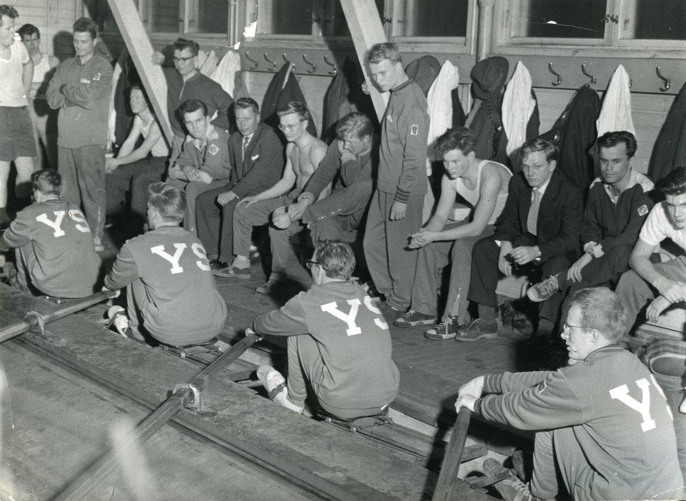 Ylioppilaskuntaan kuuluu runsaasti erilaisia urheiluseuroja. Joissain seuroissa lajeja vain harrastetaan, toisten toimintaan kuuluvat myös kilpailut. Sittemmin toimintansa lopettaneet Ylioppilassoutajat tähtäsivät kilpailumenestykseen 1950-luvulla.  Kuva: HYYn arkisto (1959)
