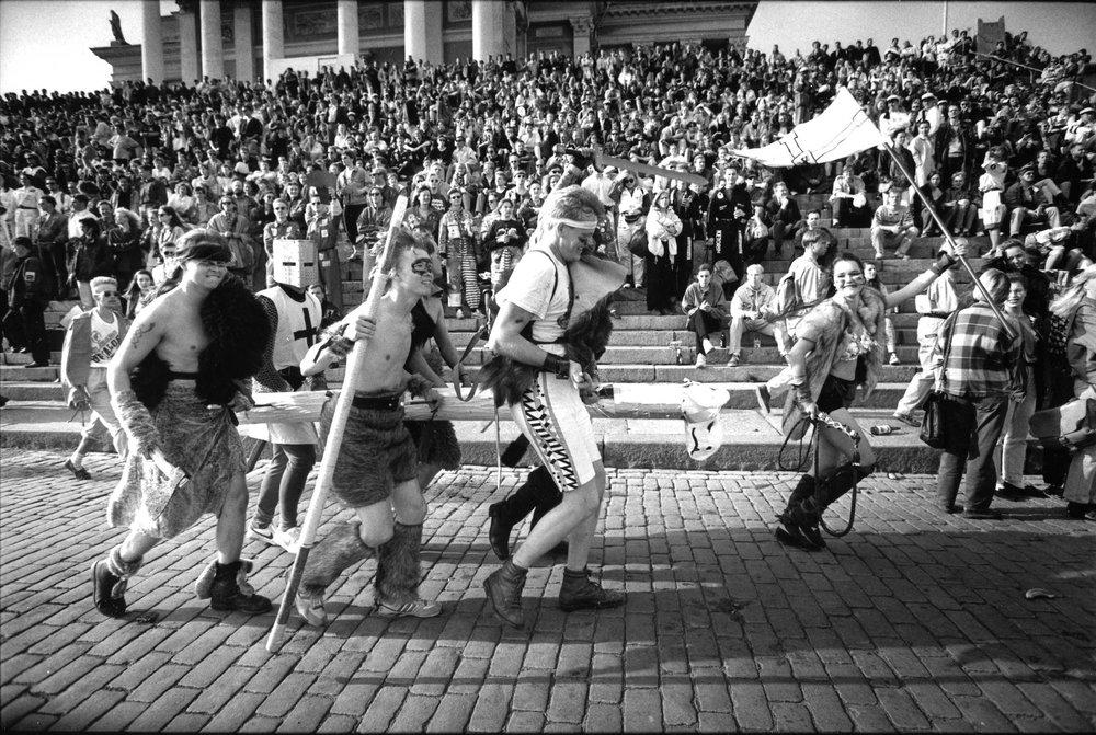 Akateeminen Wartti on Helsingin yliopiston ja Aalto-yliopiston perinteikäs juoksukilpailu, jota on järjestetty vuodesta 1951 alkaen. Leikkimielisessä juoksukilpailussa tavoitteena on päästä mahdollisimman pitkälle viidessätoista minuutissa. Erikoiset asut kuuluvat asiaan.  Kuva: HYYn arkisto (1980-luku)
