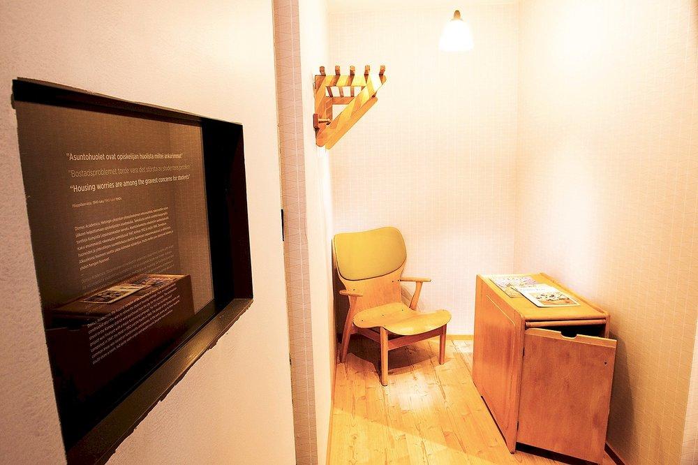 Vuonna 2015 Yliopistomuseon Ajattelun voimaa –näyttelyssä saattoi tutustua vanhan viidentoista neliön opiskelijaboksin rekonstruktioon.  Kuva: Linda Tammisto (2015)