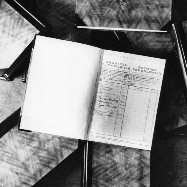 Menneinä aikoina opiskelijat saattoivat elää vaikkapa alivuokralaisina paikallisten perheiden luona. Esimerkiksi professori J. L. Runeberg majoitti oppilaitaan kotonaan. Nykyään opiskelijoita auttavat mm. 1969 perustettu Helsingin seudun opiskelija-asuntosäätiö eli HOAS sekä Suomen opiskelija-asunnot SOA ry.  Kuva: HYYn arkisto (1940-luku)