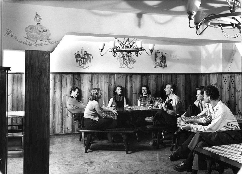 Domma suunniteltiin yhteisöllistä elämää varten. Taloissa oli kerhotiloja ja seurustelunurkkauksia, joissa opiskelijat saattoivat vaihtaa päivän kuulumisia. Tiloja koristivat Tove Janssonin maalaamat freskot.  Kuva: HYYn arkisto (1950-luku)