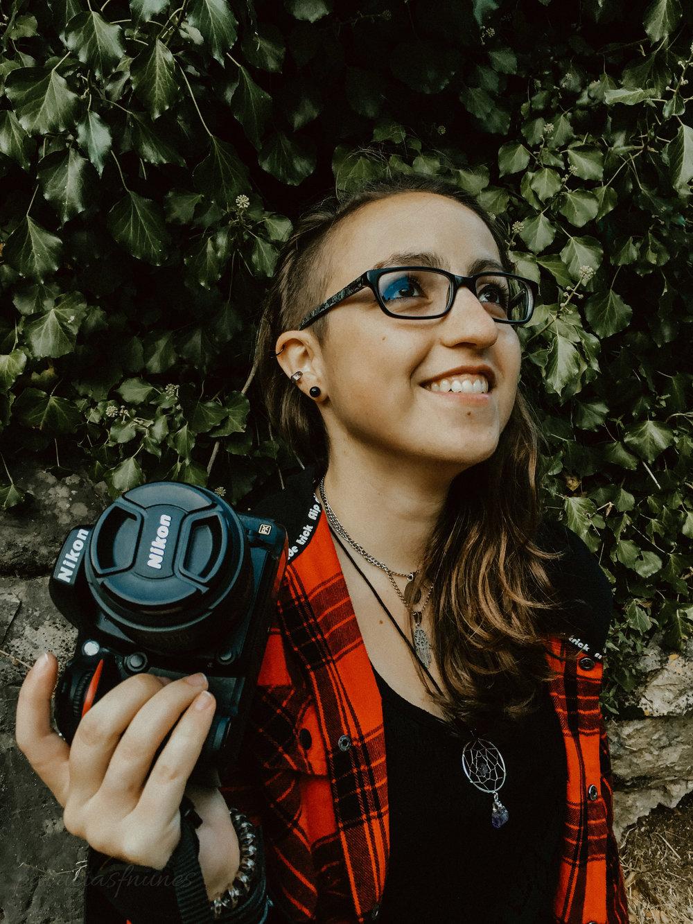 Patrícia - CEO & Founder - De espírito livre e jovem, a Patrícia é uma das caras por detrás da Borderland® e é responsável por toda a parte administrativa. Quando deixa a secretária é também fotógrafa, content creator, social media manager, cenógrafa e designer. Sempre que necessário acompanha também o photobooth e gosta de animar a malta sempre com um sorriso na cara.