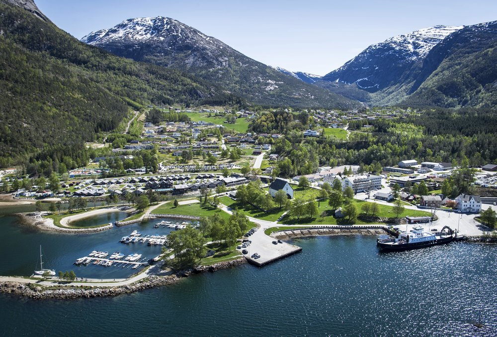 Huse Kinsavrik fra Fjord.jpg
