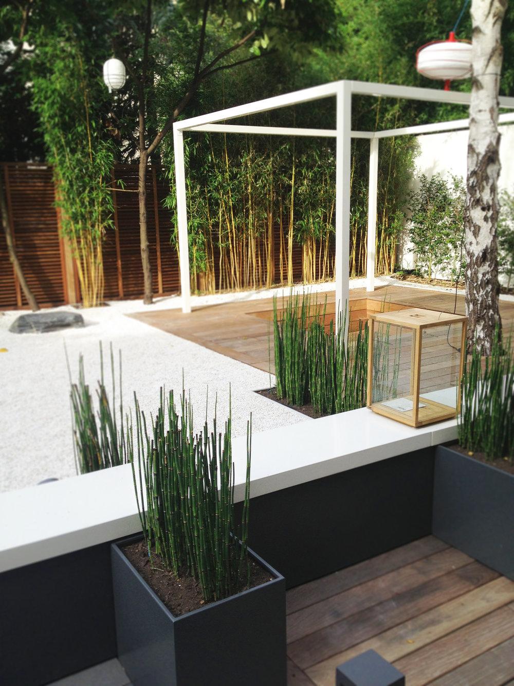 Jardin Blanc, Neuilly-sur-Seine   Le jardin zen créé par l'Agence Christophe Gautrand & Associés est une composition, un décor, un paysage qu'il convient simplement de contempler pour se libérer du quotidien.