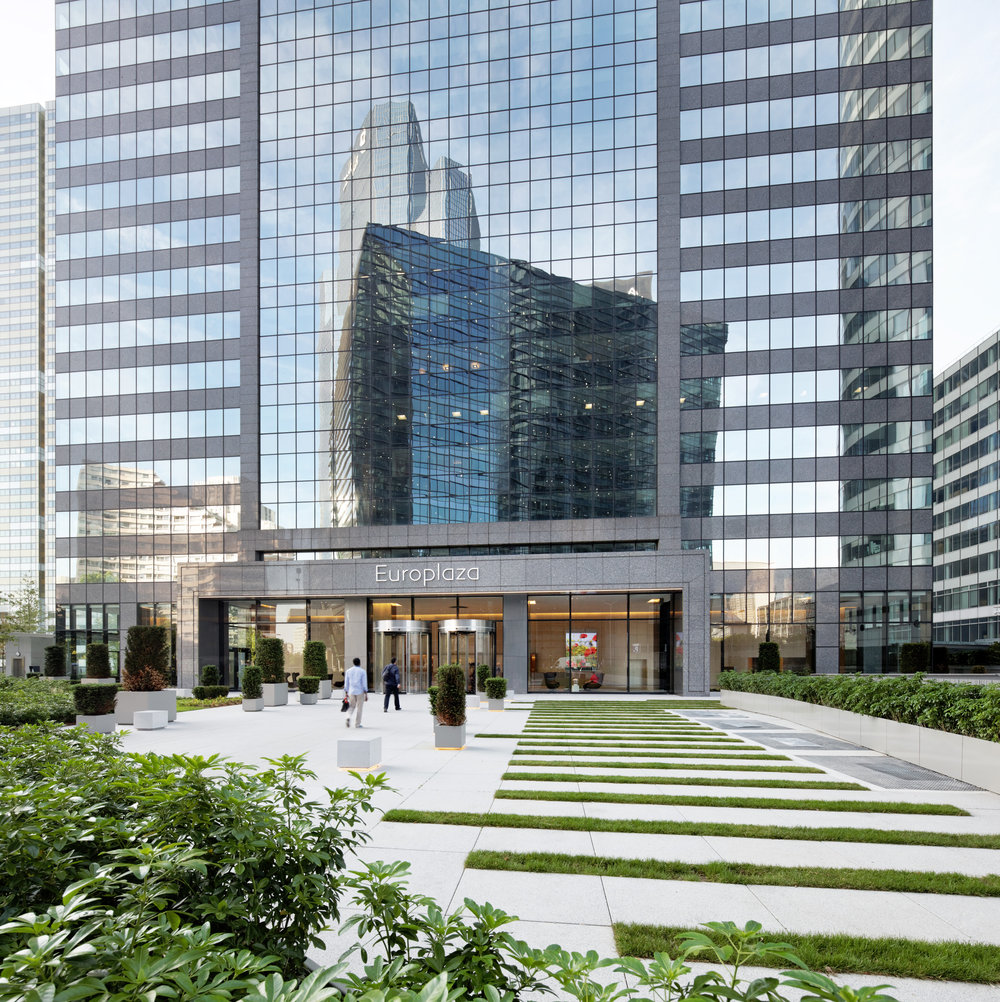 Gardens & Patios / Europlaza Tower, Paris-La Défense   To optimize the use of unique outdoor spaces of nearly 4,000 sq. meter in Paris-La Défense, the Agency Christophe Gautrand & Associates reverses the status of largely under utilized areas.