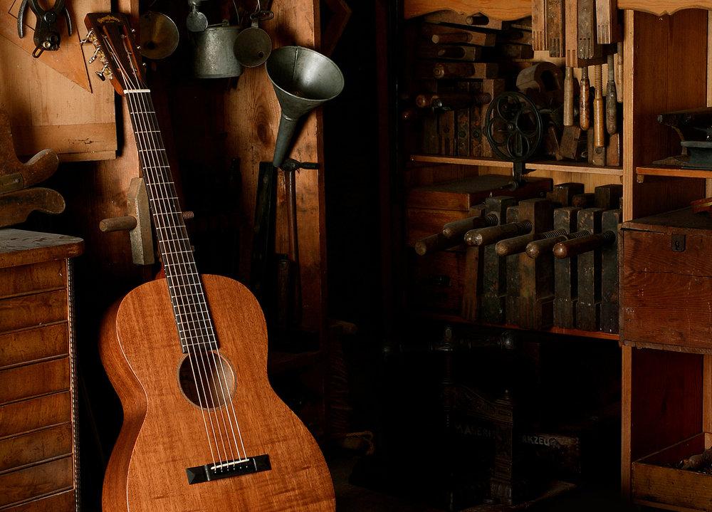 """- A la fin des années 60 pas mal de fabriquants Américain ont ressenti l'arrivée sur leur marché des guitares Japonaise, souvent identiques au niveau design, mais avec des prix nettement plus bas.Quelques fabriquants ont décidé de lancer leur propre ligne de guitares """"Made In Japan"""" pour concurrer les marques Japonaises. C'est alors qu'en 1970 la marque Sigma Guitars est née.Les guitares de Sigma étaient fabriquées par des luthiers Japonais très compétents, puis envoyé aux USA pour un contrôle et une inspection finale avant d'être expédiés vers les revendeurs."""