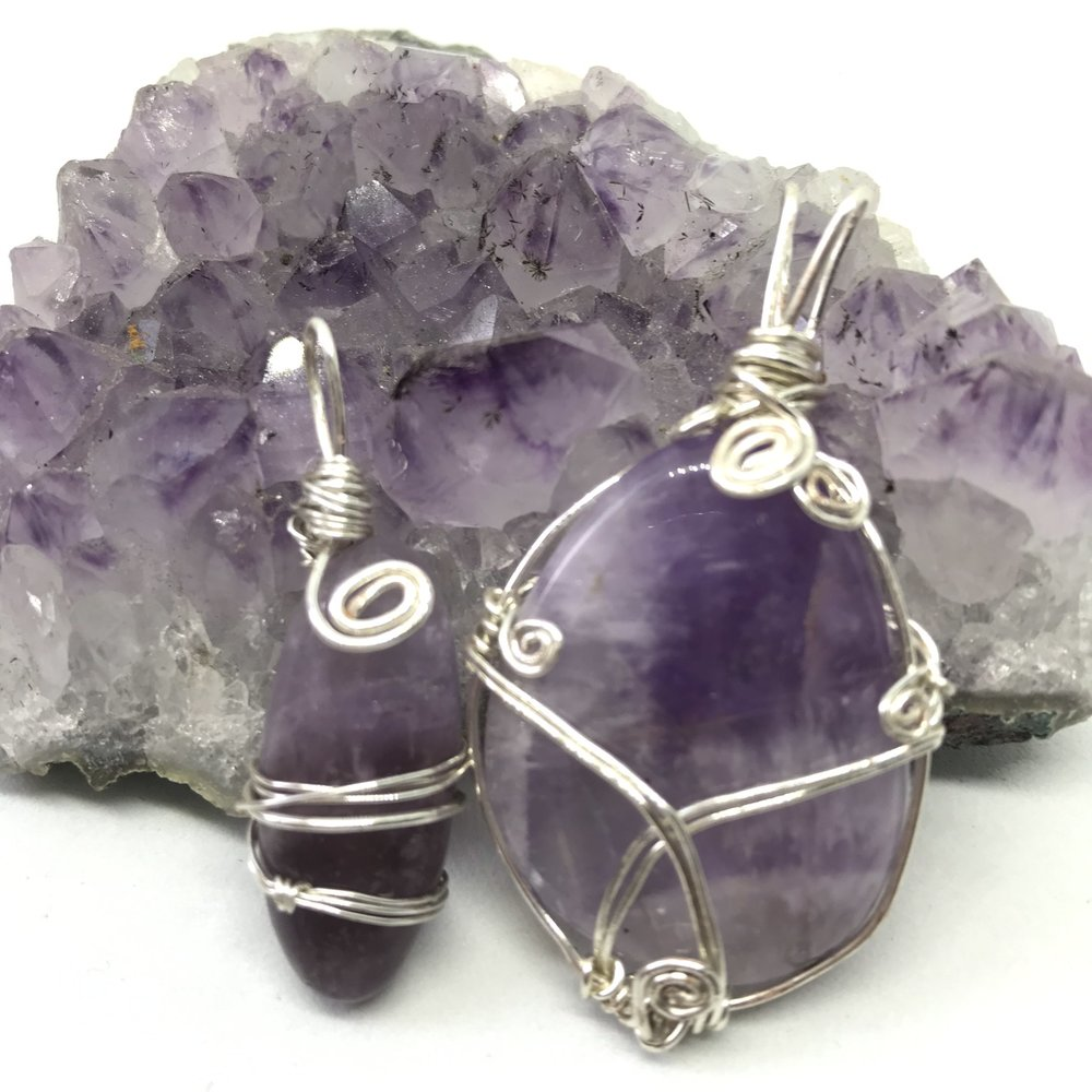 Amethyst   Amethyst is both a healer and a cleanser, particularly beneficial in centering the mind. it's calming influence has the ability to help soothe stresses and encourage focused, balanced thinking. the powerful vibrations emitted by amethyst are traditionally used to enhance spiritual insight and stimulate the third eye. Us Gemstoners can be quite scatty, we use amethyst to refocus our thoughts and absorb itS serenity.