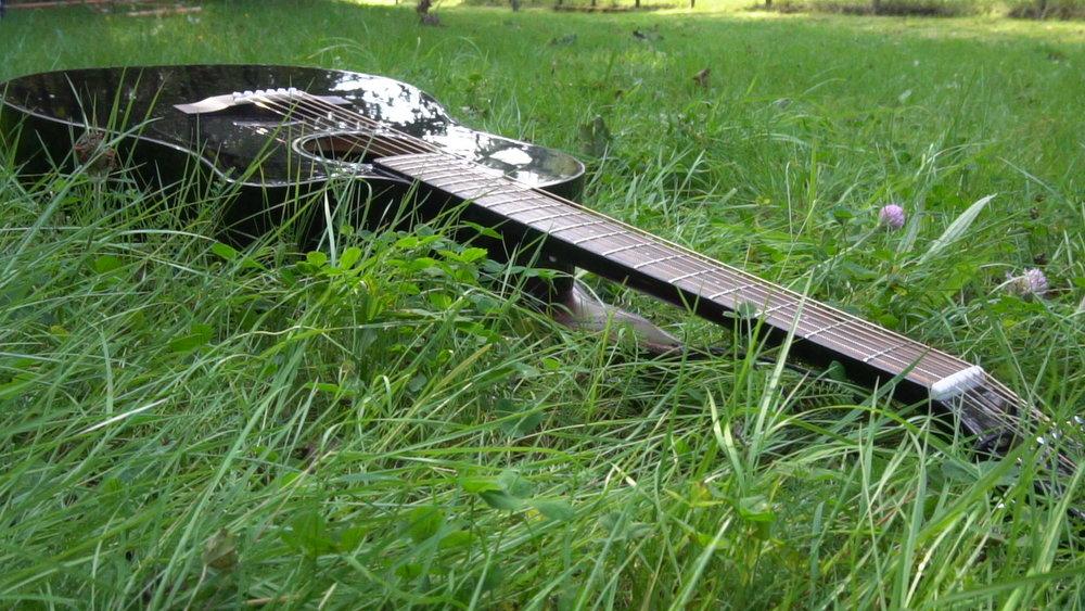 Eddi Hüneke - Gitarre im Gras
