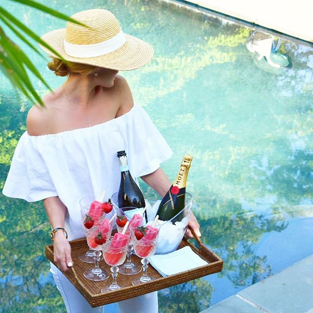Popsicles with a side of champagne? Yes please 🙌🏼 If you're hosting an outdoor Memorial Day weekend soirée serve this EASY, refreshing, and festive cocktail! All you need are store bought fruit pops (these are 🍓), bubbly, and acrylic wine glasses. Cheers! 🍾