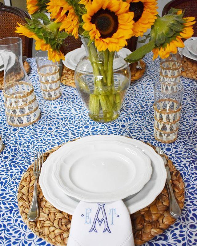 Summer dinner parties 🌻| . . . @lindrothdesign @marieeiffelhomestore @wakefieldsouthdesigns