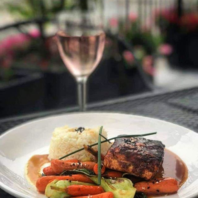 #Throwbackthursday to summer, Salmon and wine in our patio.