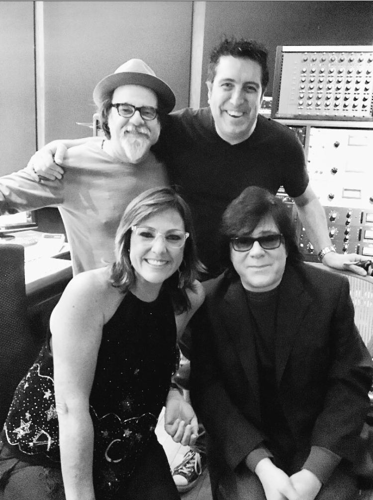 "Moogie, Cheche Alara, John Titta ( Director de Membresía de Ascap) Claudia Brant. East West studios while grabación de "" Sincera"". enero 2018"