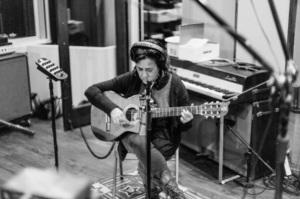 """Claudia grabando guitarras para """"Sola"""" co-escrita con Jessie Reyez - Malibú - Marzo 2018"""