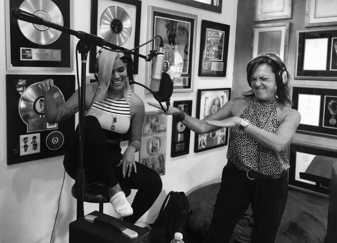 Karol G y Claudia Brant. Sesión de grabación en el estudio