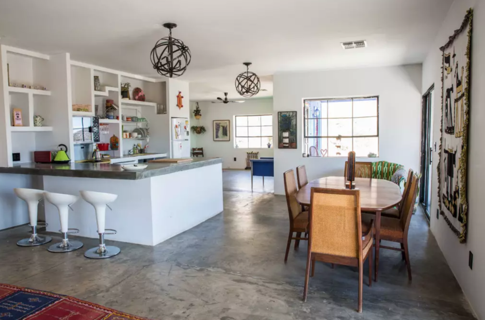 Coyote Nelson - - Quiet and restful retreat only a few minutes away from Joshua Tree National Park- Wonderfully decorated indoor/outdoor spaces- Local owners are ready with tips for travelers looking to make the most out of their vacation