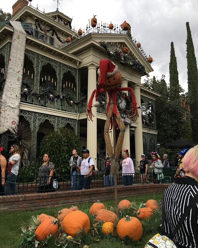 Overcast, no long lines... my kind of holiday #Halloween #Disneyland #hauntedmansion #nightmarebeforechristmas #holiday #timburton #henryselick