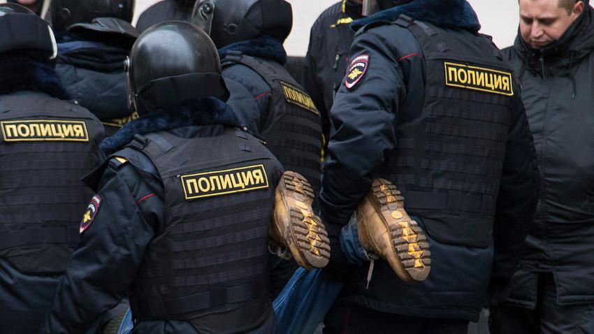 - POLICE KIDNAP CHECHEN SURVIVOR