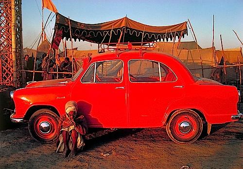 Pilgrim & Ambassador Car, Kumbh Mela, Prayag, Uttar Pradesh, 1977 © Succession Raghubir Singh