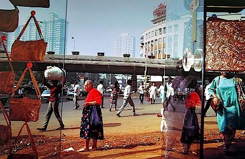 Pedestrians, Kemp's Corner , Mumbai, Maharashtra, 1989 © Succession Raghubir Singh