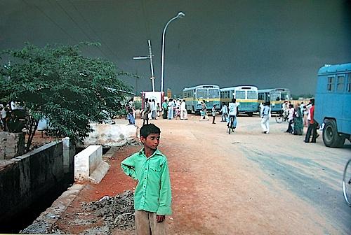 Boy at Bus Stop , New Delhi, 1982 © Succession Raghubir Singh