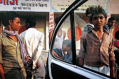 Pedestrians, Firozabad, Uttar Pradesh, 1992 © Succession Raghubir Singh