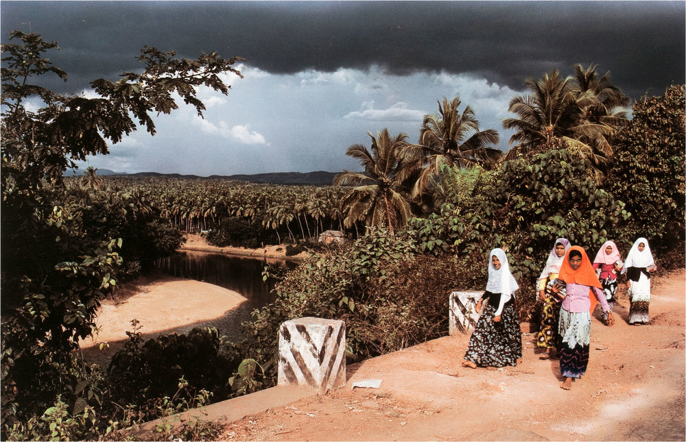 Raghubir Singh,  Moslem School Girls Returning Home, Tirurengadi, Kerala , 1984