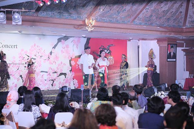 Balinese Traditional Fashion Show yang di sponsori oleh TATI PHOTO STUDIO, menampilkan berbagai Baju Adat Bali yang memcerminkan kelestarian budaya pulau Bali. . . . #projectsakura60 #japanindonesia #japan #indonesia #jpid60th #nusadua #hotelnikkobali #hotelnikko #nusaduahotel #traditionalculture #wonderfulindonesia #snapshot #moment #capture #instaart #bestoftheday #instagood #インドネシア #日本 #国交樹立60周年 #バリ島 #イベント #プロジェクトさくら60 #日本文化 #インドネシア文化