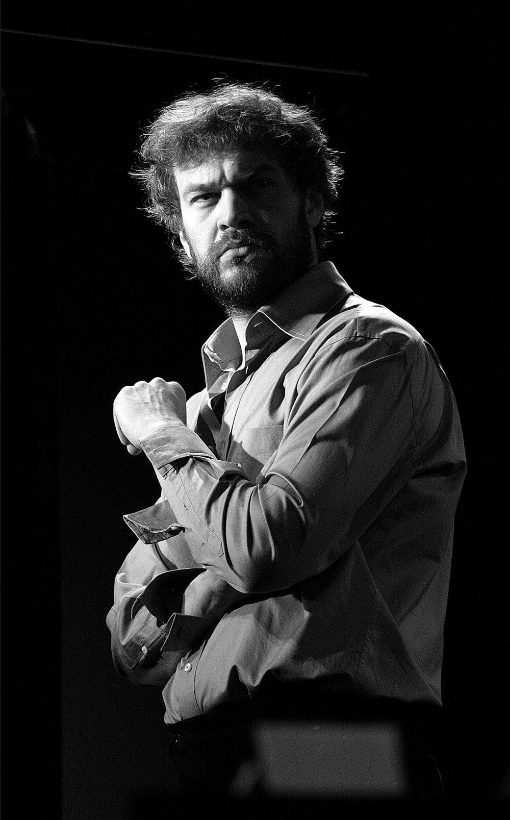 1. Michał Żebrowski występuje w specjalnie napisanym dla niego monodramie Doktor Haust autorstwa Wojciecha Kuczoka. Reżyseruje Magdalena Piekorz..jpg