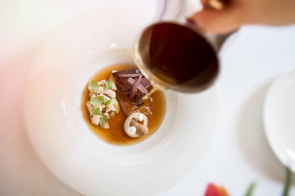Zupa       Consome z cebuli  Żołądek gęsi  Kluski lane  Shimeji  Majeranek (3).JPG