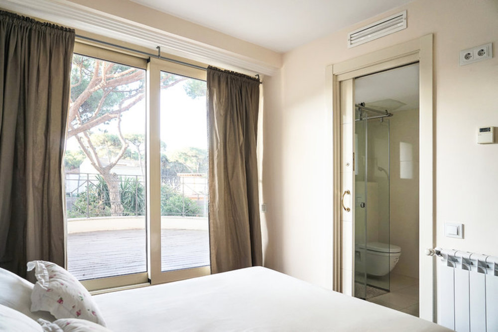 EARTH ROOM - DOUBLE BED W/ PRIVATE BATH  Features:Private Bath,Garden Views, Queen Size Bed, 1st Floor.  € 1500  single-  €2800  couple