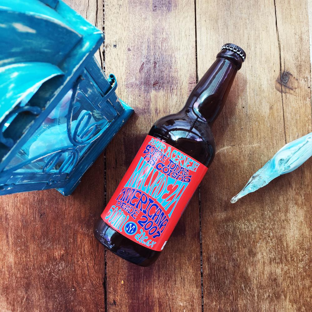 Malvadeza Americana - american pale ale: cerveza de alta fermentaciÓN QUE TIENE UN COLOR DE ORO. ES REFRESCANTE, CON SABOR DE CÍTRICOS, QUE RECUERDA LA HIERBA DE LIMón. el sabor es una mezcla de malta con los lÚPULOS Cítricos americanos. malta especial 100% alemÁN. TEOR ALCOHÓLICO 6.0%