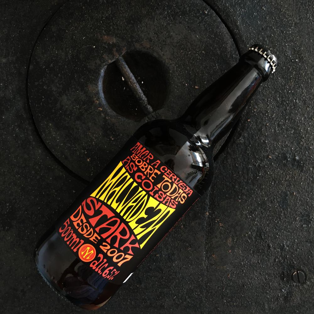 Malvadeza Stark - Cerveja de alta fermentação, tipo red ale. tem amargor médio, com Cor avermelhada e encorpada. Aroma levemente maltado.Sabor maltado e de caramelo. Teor alcoólico 6.5%