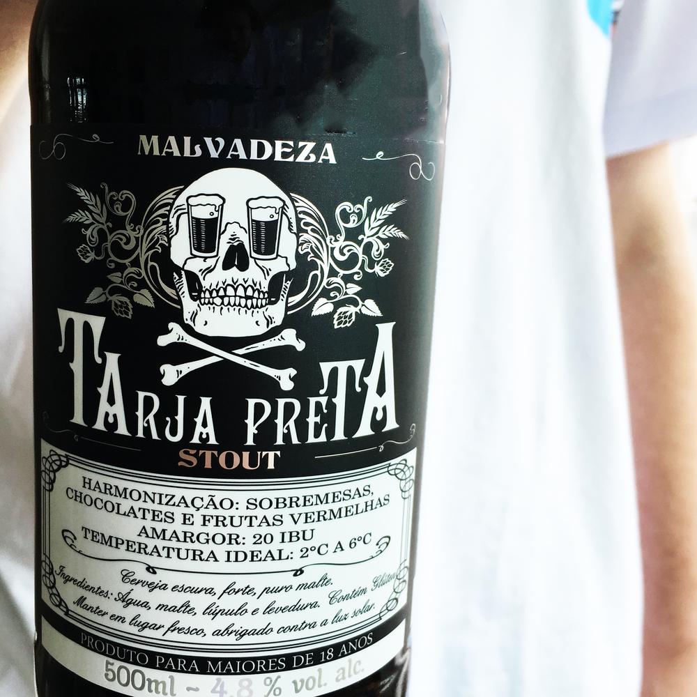 Malvadeza Tarja Preta - STOUT: CERVEZA DE ALTA FERMENTACIÓN CON BAJO AMARGOR. COLOR OSCURO, CON TOSTADO DE CAFÉ Y CON UN LIGERO FRUTADO. TEOR ALCOHÓLICO 5.5%