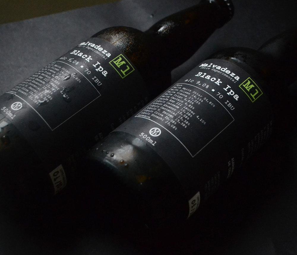 Serie M - Especial 10 años de cumpleañosEN 2017 LA MALVADEZA COMPLETO 10 AÑOS DE EXISTENCIA. ¡PARA CONMEMORAR ESTE CUMPLEAÑOS, NOSOTROS DECIDIMOS REGALARLOS! SERÁN 10 CERVEJAS DE LA SERIE EXPERIMENTAL.LANZAMIENTOS:m1 - black ipa m2- DubbEl m3- imperial stout m4- double red m5-weizenbock m6- new england ipa -