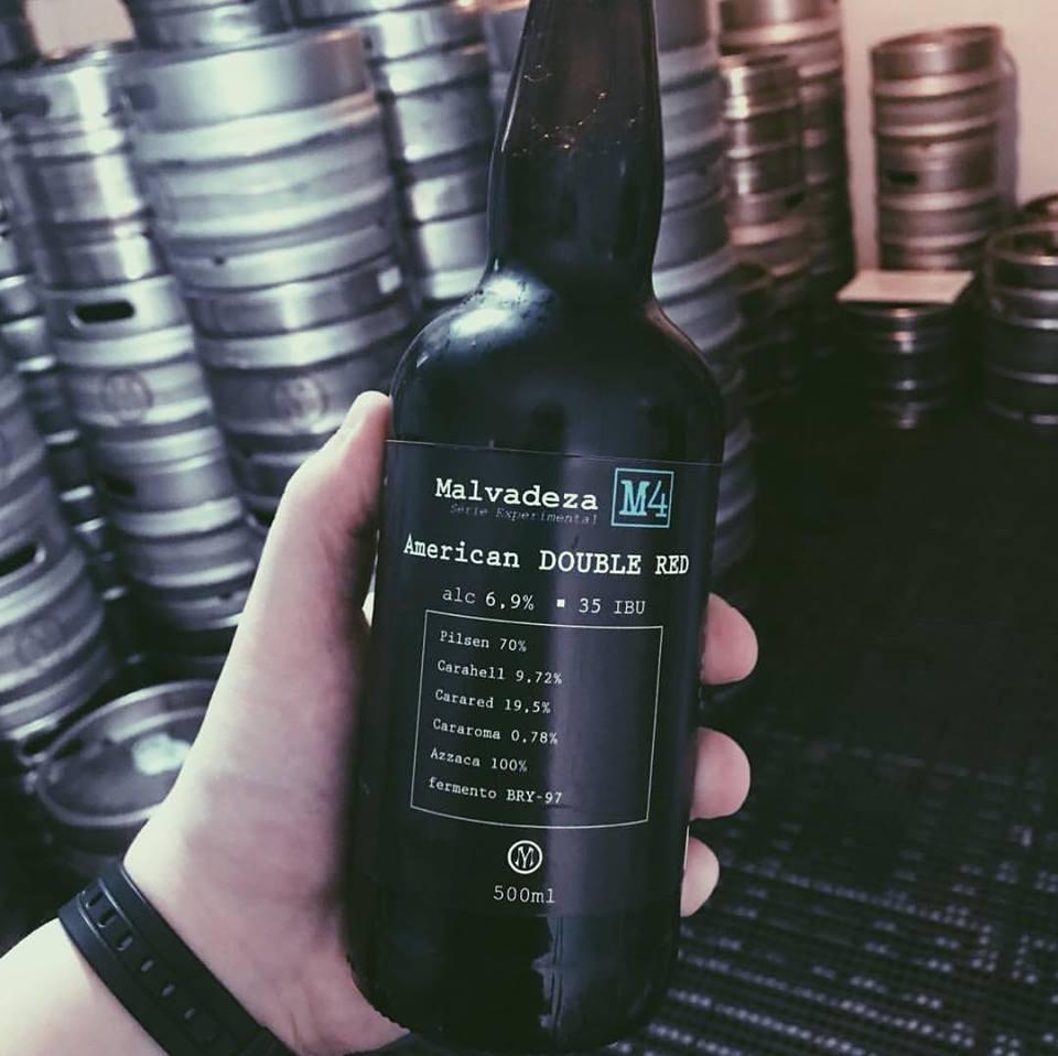 Malvadeza M4 - Nuestro cuarto lanzamiento de la serie experimental tiene un 6,9% de volumen alcohólico, 39 IBU y 32 EBC. Esta American Double Red tiene el aroma equilibrado, con presencia marcada. Cerveza de alta fermentación, del tipo sweet stout. Textura de la malta y del lúpulo. En el paladar el destaque es el cítrico del lúpulo y el sabor malta cremosa. Tiene un color oscuro. En el aroma se destaca el tostado toffee junto con el café y un ligero toque de frutas secas.Tipo: American Doble Red            Porcentaje de alcohol: 6,9%            Amargor: 35 IBU                  Armonización: Carnes rojasCerveza premiada en la Copa Cervezas de América, 2017. Tipo: Stout