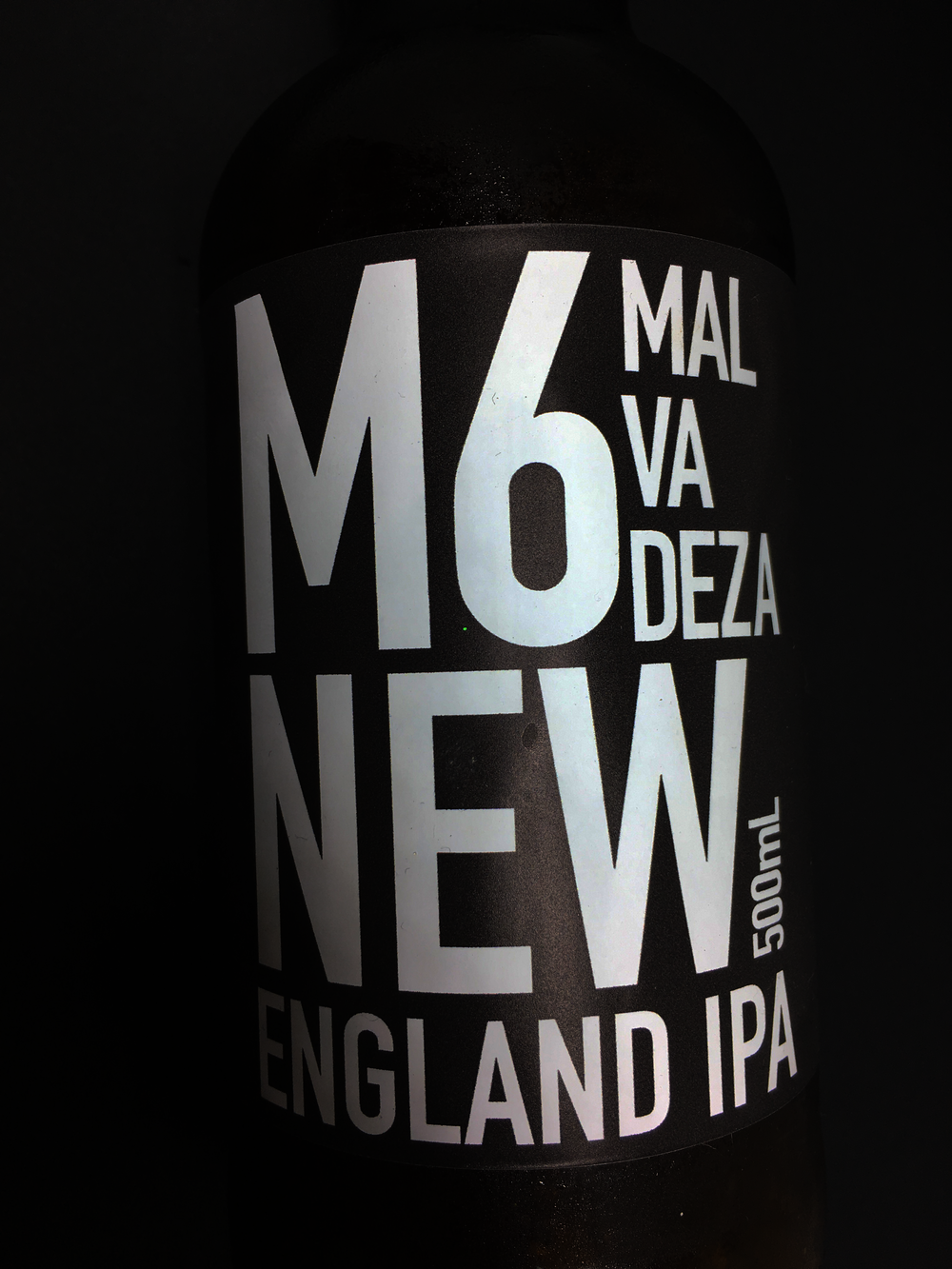 Malvadeza M6 - The sixth release of the experimental series has an alcohol content of 6.5%, 50 IBU and 23EBC. This NEIPA (New England IPA) has high turbidity, due to the combination of the amount of protein it has and the English yeast that is used in the brewing process. It has yellowish color and is characterized by a great load of aromatic hops, which brings the tropical and citric fruit flavors.Type: NEIPA                                                  Percentage of alcohol: 6.5%                        Bitterness: 50 IBU                                Harmonization: Red meat