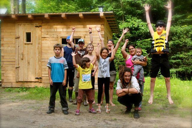 Une groupe d'enfants joyeux